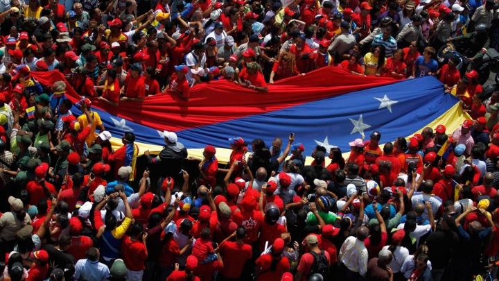 20130308_manifestacao_solidariedade_funeral_hugo_chavez_caracas_venezuela_bandeira_venezuelana