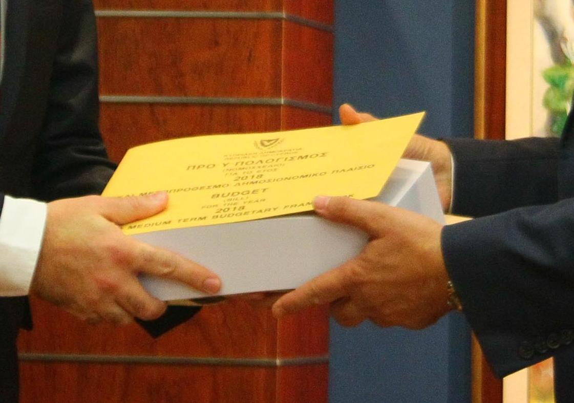 ΠτΒ – Υπ. Οικ. Βουλή των Αντιπροσώπων, Λευκωσία, Κύπρος Ο Πρόεδρος της Βουλής των Αντιπροσώπων κ. Δημήτρης Συλλούρης δέχεται τον Υπουργό Οικονομικών κ. Χάρη Γεωργιάδη, ο οποίος καταθέτει τον Κρατικό Προϋπολογισμό για το 2018.  // House President – Finance Min. House of Representatives, Lefkosia, Cyprus The President of the House of Representatives, Mr Demetris Syllouris, receives the Minister of Finance, Mr Harris Georgiades, who submits the State Budget for 2018.